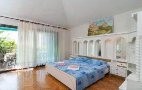 """Book """"Great 3-bedroom family apartment in Podstrana""""and enjoy your accomodationin Podstrana."""