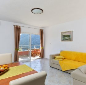 Lovely and sunny apartment in Zrnovnica