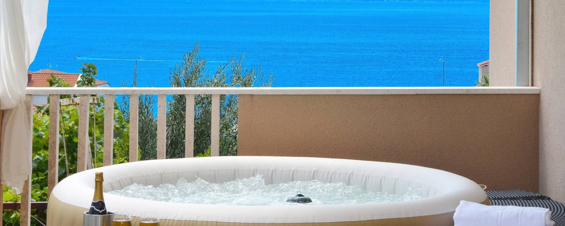 Apartment in Podstrana with the private hot tub
